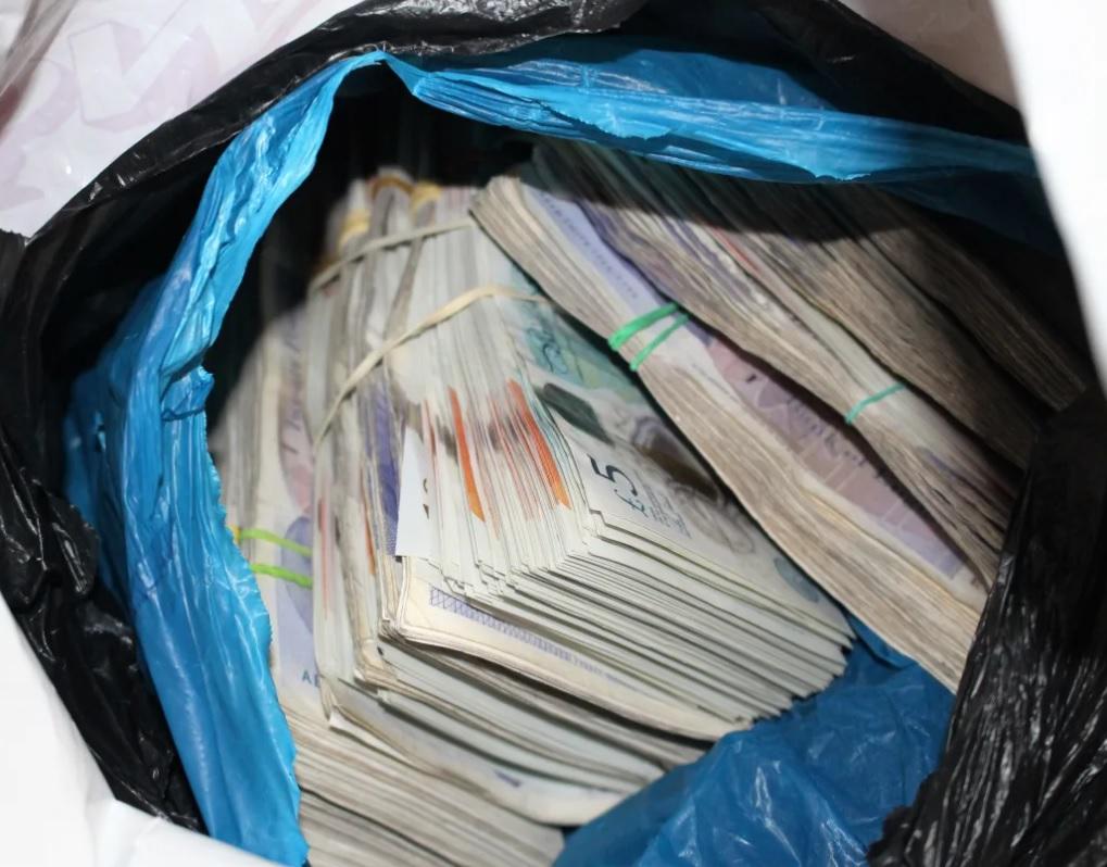 Три лица со автоматски пушки одзеле торба полна со пари