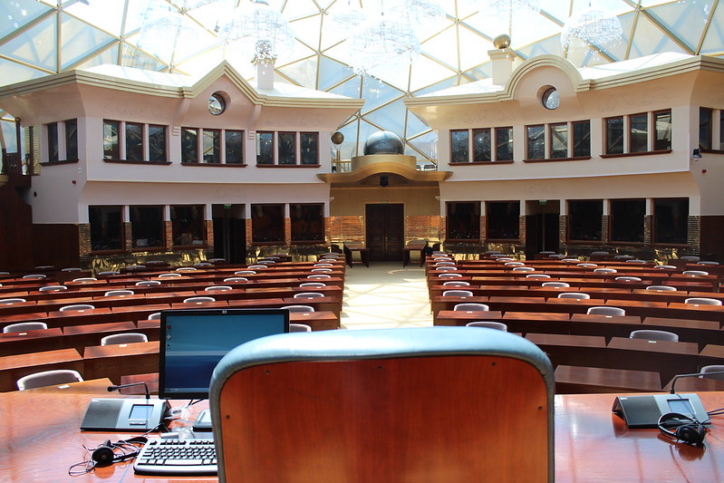 Собранието ги верификуваше мандатите на пратениците од десеттиот парламентарен состав